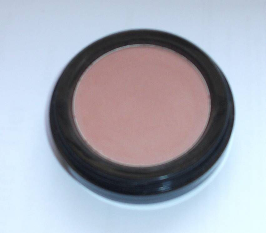 BeneFit Cosmetics Powder eyeshadow in Soft Shoulder