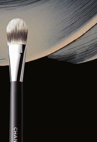 Chanel Foundation Brush (Synthetic Fibers)