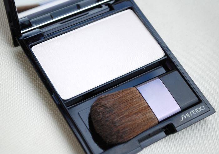 Shiseido  Luminizing Satin Face Color in WT905 High Beam White