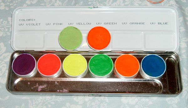 Kryolan UV palette plus UV lime green and red (Uploaded by Hillarryyy)