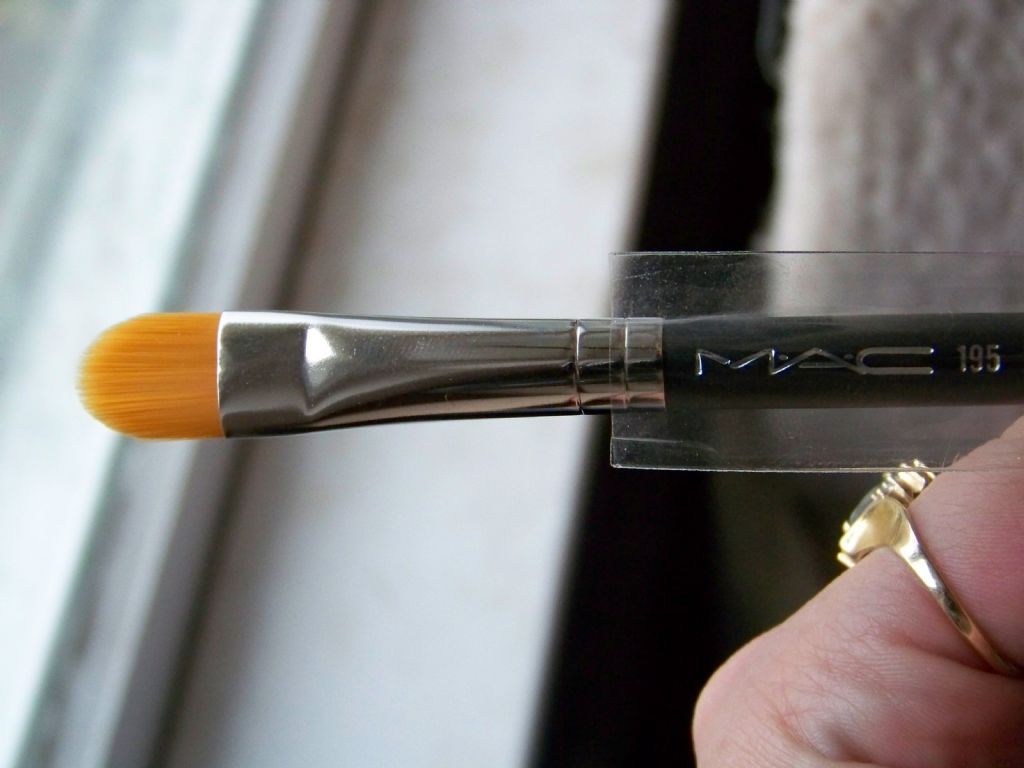 MAC 195 Concealer Brush (Uploaded by HotMomma111)